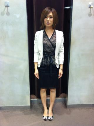 ツーピースドレス ¥26,000(クロ) ペプラムジャケット¥20,500(ベージュ)
