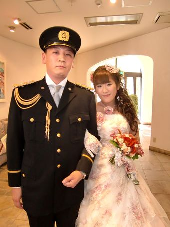 警察官の新郎さんは制服に、 新婦さんは華やかなカラードレスに☆ カッコイイ&カワイイ♪