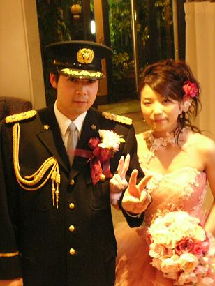 そう、新郎さんは警察官でした。 新婦さんもかわいらしいピンクのドレスに
