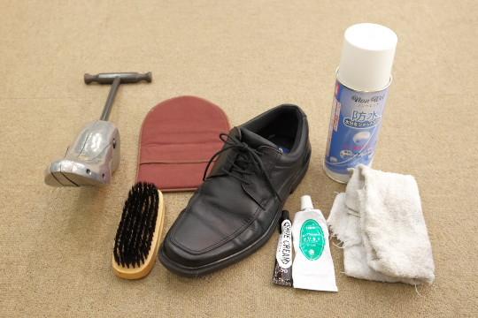 必ず必要なものはクリーナー、靴クリーム、いらない布、防水スプレーです。 出来れば御用意して頂きたい物はシューキーパー、靴ブラシ(汚れ落し用、クリーム塗布用)、