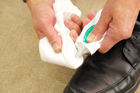 次にクリーナーを使って汚れを落とします。 指の腹を布で包み、そこにクリーナーを付けて靴の汚れを落として下さい。  最初に汚れが一番ついているつま先から行い、